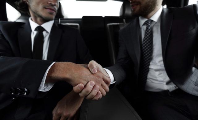 Forretningsmænd i bilen