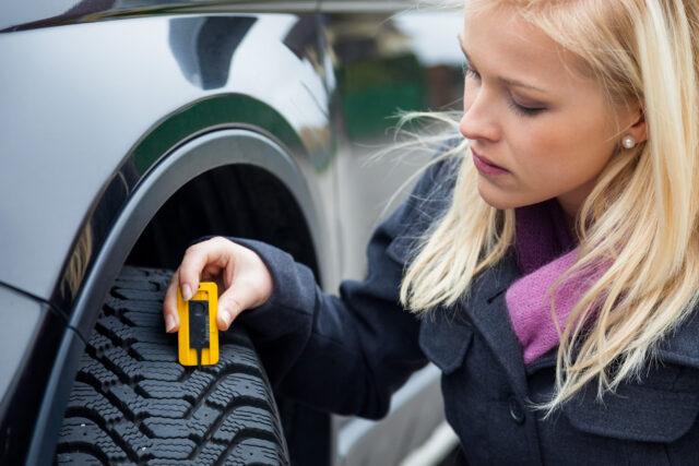 Kvinde undersøger dæk